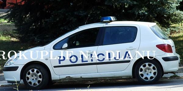 POLICAJAC SLUŽBENIM VOZILOM IZAZVAO NEZGODU-  ODALA TABLICA KOJA JE ISPALA