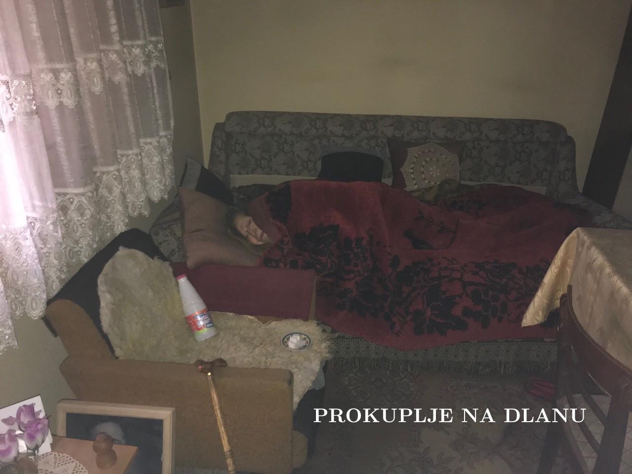 СТАРИЦА У МРАКУ ЗБОГ ДУГА ОД 22. 000 ДИНАРА