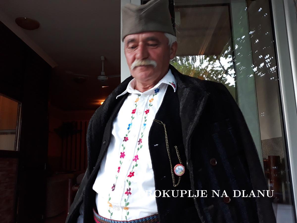 ПО СТОГОДИШЊЕМ ОДЕЛУ ПОЗНАЈЕ ГА ЦЕЛА СРБИЈА